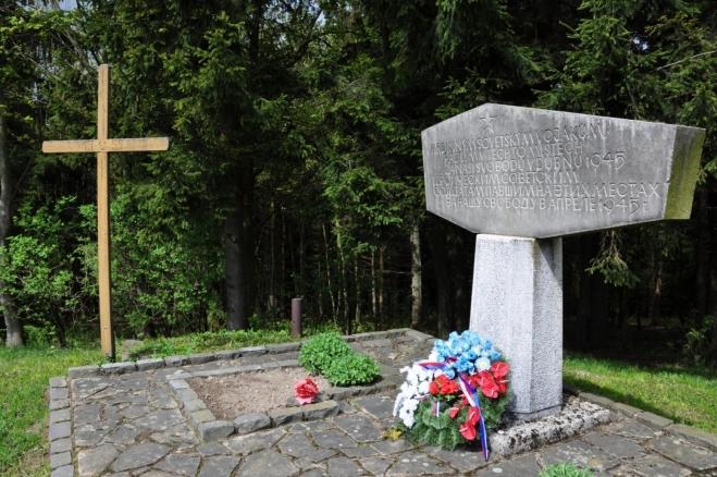 Památník obětem druhé světové války. V BIlých Karpatech probíhaly líté boje. Nedaleko odsud u Výškovce je několik pomníčků letcům sestřelených bombardérů US army.