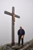 Vrcholové foto. Důkaz o zdolání další hory Vencou. Nahoře vane silný vítr a je hodně nevlídno.