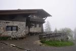 Horská chata pod Luzným - Lusenschutzhaus (1 343 m n. m.) je 50 výškových metrů pod vrcholem. Rádi se uvnitř zotavíme a usušíme.