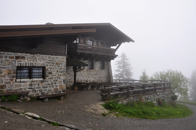 Horská chata pod Luzným - Lusenschutzhaus (1 343 m n. m.) je jen 50 výškových metrů pod vrcholem. Rádi se uvnitř zotavíme a dosušíme.