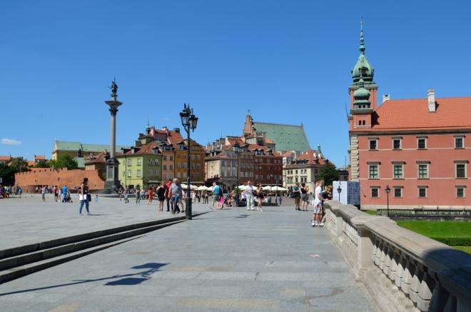 Po druhé hodině vstupujeme do nejcentrálnějšího centra. Na fotce Zámecké náměstí (Plac Zamkowy) se zámkem.