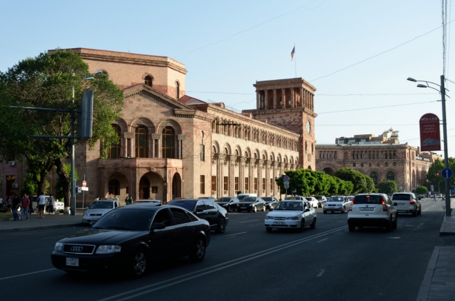 U metra jsme počkali na Ivu a teď se blížíme k samotnému náměstí Republiky, jež je skutečným centrem Jerevanu. V budově v popředí sídlí ministerstvo financí, vlajka pak označuje sídlo vlády.