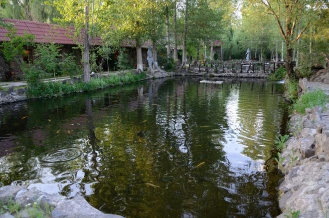 Ve vesnici se nachází výborná restaurace, jež se specializuje na ryby, ale zdaleka ne výhradně. Hosté se mohou procházet po chodnících mezi četnými rybníčky a chované ryby pozorovat. Kromě hostů se zde prochází také různé druhy kachen a podobná zvířata.