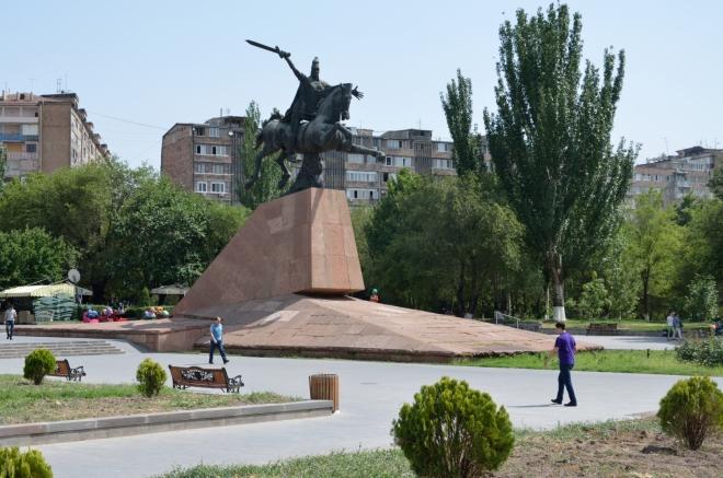 Při hranici městského centra míjíme sochu Vardana Mamikoniana, arménského svatého a národního hrdiny z pátého století našeho letopočtu (zemřel jako vojevůdce v bitvě, která byla důležitým milníkem v cestě za legitimizací křesťanství v Arménii). Už se zase těšíme do stínu.