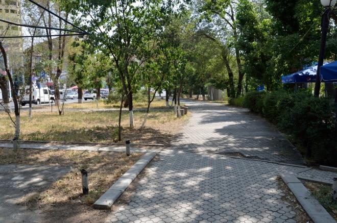Zde procházíme parkem částečně obklopujícím zhruba kruhové centrum města.