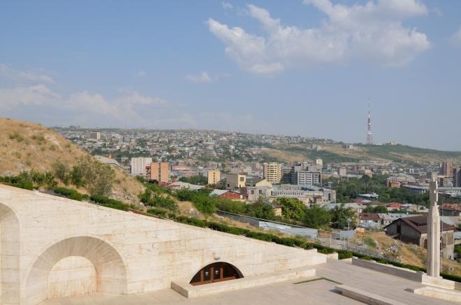 Nyní už jsme konečně takřka nahoře. Výhled na východní část Jerevanu.