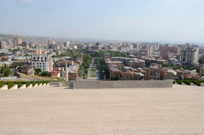 Teď hledíme na jih, celé kruhové centrum máme před sebou. Na konci parku před Kaskádami zaujme budova Operního divadla. Obrovská hora Ararat, známá kulisa města a národní symbol Arménie ležící paradoxně v znepřáteleném Turecku, je bohužel ukryta v oparu.