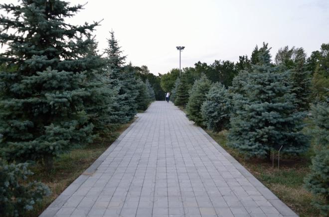 Zpátky k aktuálnímu dni, na kopec Tsitsernakaberd: Zde procházíme malým parkem, kde různí významní státníci při mezinárodních návštěvách vysazují stromy na památku obětí genocidy.