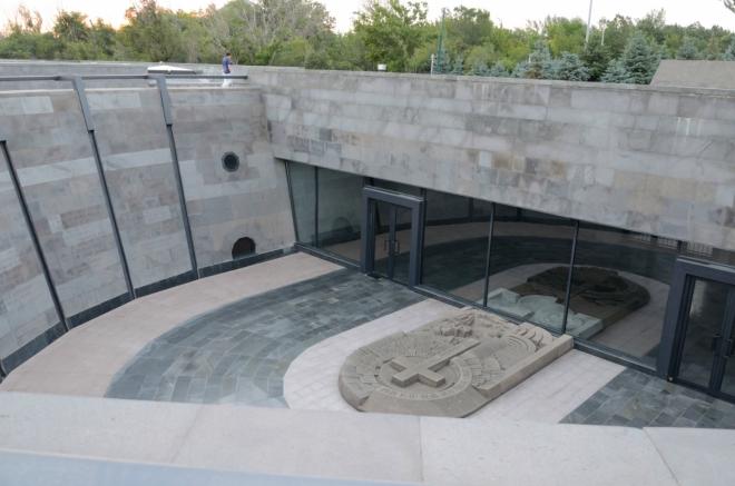 """Toto by mělo být Muzeum arménské genocidy, nyní chodíme po jeho střeše. Muzeum bylo založeno při příležitosti 80. výročí genocidy, neboť """"Kdo zapomíná minulost, je odsouzen k tomu, aby si ji zopakoval.""""."""