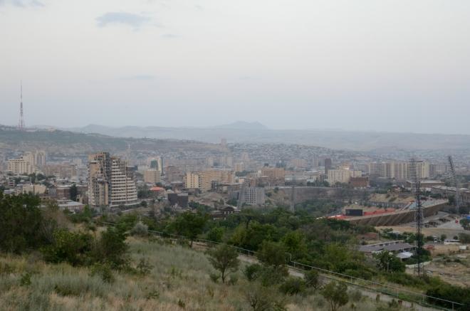 Pohled na centrum Jerevanu východním směrem, v popředí stadion Hrazdan.
