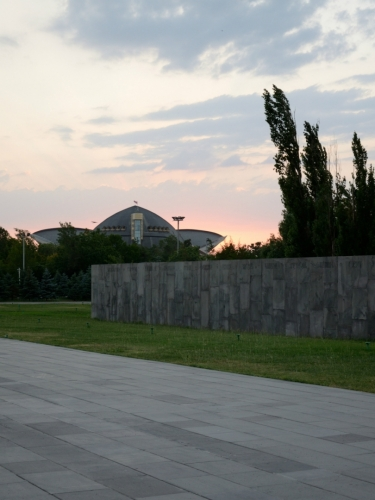 Nedaleké sportovně-kulturní zařízení v zapadajícím slunci