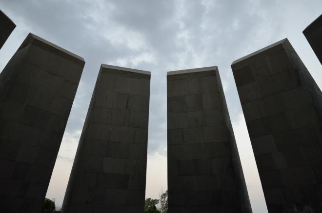Tvůrci památníku zde asi chtěli navodit zvláštní sklíčenou atmosféru, což se jim rozhodně povedlo.