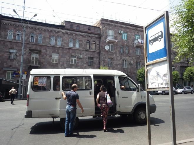 Městská hromadná doprava v Jerevanu je zajišťována podobnými maršrutkami. Turistům našeho typu se ale mnohem více vyplatí využívat taxíky (použitelnost a integrovanost zdejšího MHD je prý s Prahou neporovnatelná).