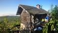 Ranní poezie. Lovecká chatka stojí kousek pod vrcholem ve výšce 1 300 m n. m.