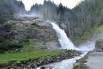 Dolní vodopád je mohutný a o vodu nemá nouzi.