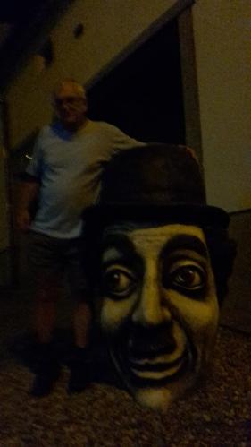 Při noční pouti Žďárem jsme potkali Charliho Chaplina... Pro šťouraly - to je ta velká hlava dole