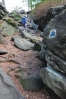 Na vyhlídku Zkamenělého zámku se musí celý skalní blok obejít. Cesta je vyznačena.