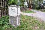 V Křižánkách stojí historický mezník. My zde počkáme na autobus a do Svratky se svezeme.