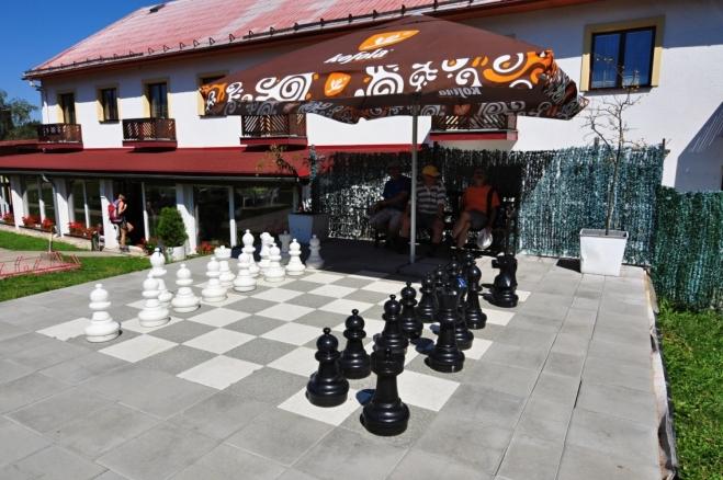 Na oběd se stavíme v Třech Studních v restauravi U Loubů. Šachové figurky nás lákají, vždyť jsme všichni čtyři šachisté...