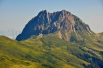 Za ním je tento skalnatý, nepřístupně vyhlížející vrchol.
