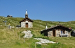 Kaplička dobře zapadá do alpské krajiny.