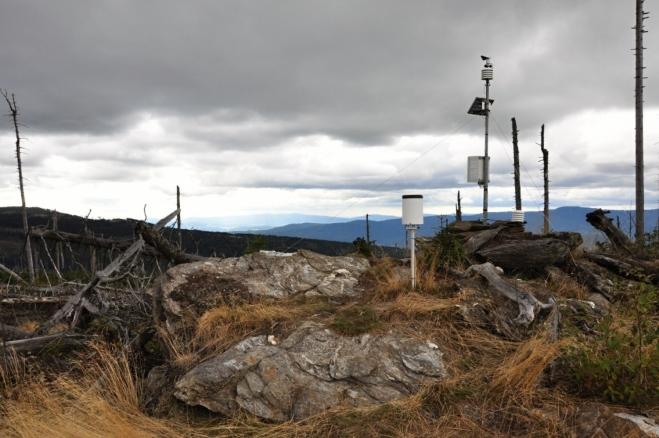 Polom má dva vrcholy, které jsou oddělené mělkým sedélkem. Na nižším z nich je nainstalováno malé meteorologické zařízení.