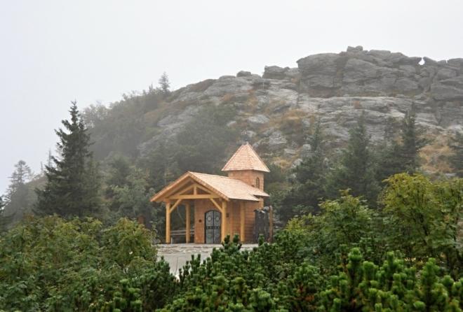 Nová dřevěná kaplička pod jednou z několika vrcholových skal.