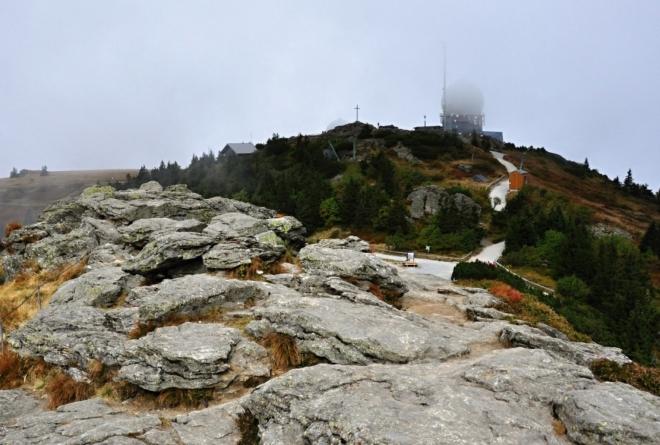 Kupole jedné ze dvou obřích vojenských budov s radiolokátory NATO vykoukla z mlh.