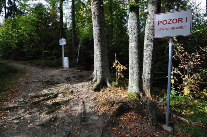Stezka od Nového Údolí vede kolem hranice.