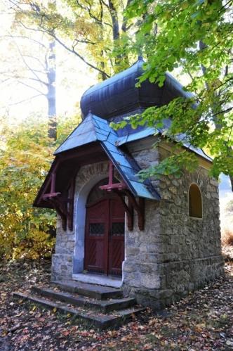 Mariánská kaplička v Karlíně pochází z roku 1898 a byla vystavěna Jiřím Beywlem podle vrchního stavebního rady Heinricha von Ferstela z Vídně. Podle jeho návrhu byl postavem i obelisk Stifterova pomníku nad Plešným jezerem.
