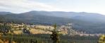 Panorama hřebenu Trojmezné a osady Stožec.
