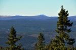 Velký Javor (1 456 m n. m.), vlevo rozhledna na Poledníku.
