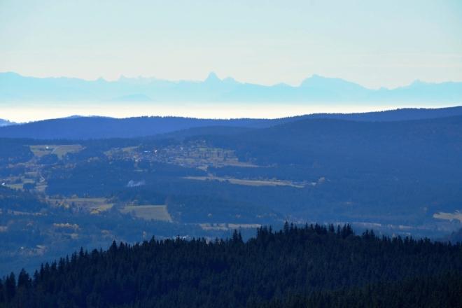 Watzmann (2 715 m n.m.) a Hochkalter. Vlevo, kousek od Watzmannu, bývá za mimořádných podmínek vidět i o 1 km vyšší Großglockner (3 798 m n. m.). Přítomné holky s dalekohledem tvrdí, že ho matně vidí, ale můj objektiv ho neodhalí.