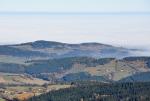 Škarez, vzadu v kopcích u Bělče (922 m n. m.) Mojkov.