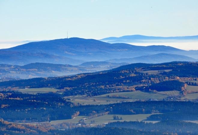 Kleť, vzadu čouhá Vysoká (Novohradské hory).