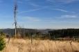 Neomezený výhled k východu do údolí bývalých Stříbrných Hutí do údolí Lužnice, která v nich opouští Čechy, aby se po mnoha kilometrem do nich u Českých Velenic znovu vrátila.