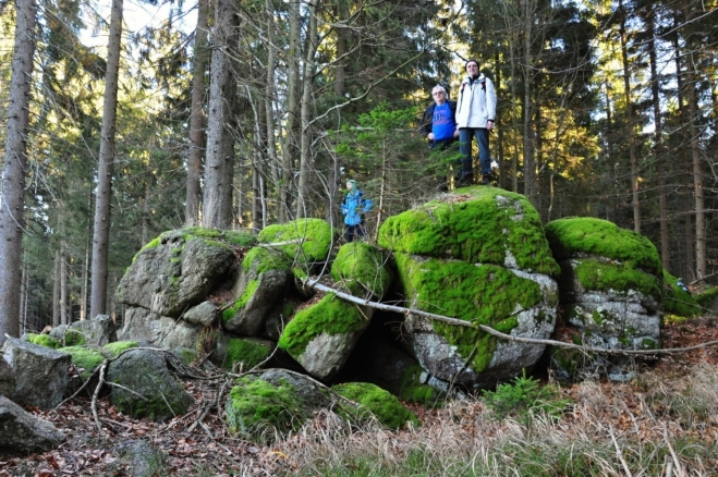 Druhý z dvojitého vrcholku jako vrchol díky skalce vypadá, první na hraničnIm kameni lll. 57 jistě vrcholem není. Jen pouhou vyvýšeninou zvlněného hraničního hřebene.
