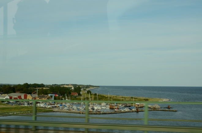 Břehy ostrova Fehmarn. Nebýt rušného přístavu na druhém konci ostrova, mohli bychom tento kus země nazvat oázou klidu.