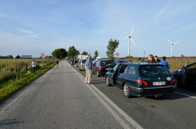 Fronta se však bohužel táhne více než kilometr od přístavu a nyní úplně stojí.