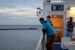 Na horní palubě trajektu z Puttgardenu do Rødby je neuvěřitelně větrno, takto nalehko se zde tedy dlouho nevystavujeme.