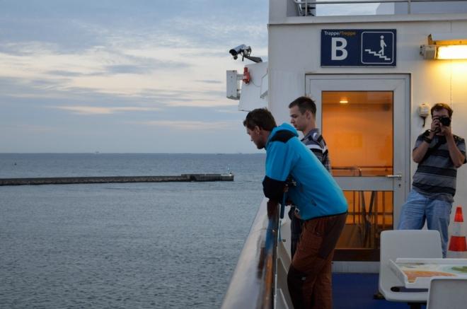Na horní palubě trajektu je neuvěřitelně větrno, takto nalehko se zde tedy dlouho nevystavujeme.
