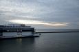 Bohužel si moc neužijeme kvůli zpoždění trajektu Puttgardenu–Rødby západ slunce nad Baltem, jak jsme měli v plánu. Ale dost skuhrání, i tak je to paráda.