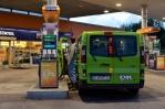 Za chladného skandinávského rozbřesku na poslední benzínce ve Švédsku plníme nádrž, co se do ní vejde. Naše spotřeba je od překonání Německa výrazně nižší.