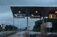 Mýtná brána norského systému AutoPASS. Jak vidíte, v Norsku nás přivítá velkolepý déšť.