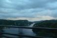 Část státní hranice mezi Švédskem a Norskem tvoří mořská úžina Svinesund, překlenutá dvěma mosty (my jedeme po tom novém).