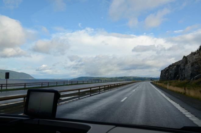 Norové mají přísné dopravní předpisy (mimo obec maximálně 80 km/h, po dálnici 90 km/h, místy i závratných 110 km/h) a vysoké pokuty, a tak cesta okolo jezera moc neubíhá. Buďme ovšem rádi, že pořád ještě jedeme po dálnici, těch v Norsku moc není.