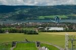 I v létě a bez sněhu je skokanský můstek v Lillehammeru pod náporem sportovců.