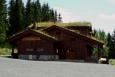 Nahoře nad skokanským můstkem v Lillehammeru stojí například takováto krásná soukromá chata.