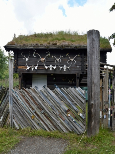 A také zavřený skanzen oplocený starými lyžemi. V Norsku poměrně rozšířené travnaté střechy nás hned tak udivovat nepřestanou.