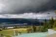 Zatímco si v poklidu sedíme na lavičce na vrcholu skokanského můstku v Lillehammeru a kocháme se krásným výhledem, zpoza hřebenu se k nám začíná vkrádat bouřka. Při prvním zahřmění všichni beze slova a unisono vstáváme a vydáváme se co nejrychleji dolů, obloha do dvou minut zčerná. Poměrně humorné je, že takto nereaguje nikdo další z přítomných návštěvníků. Asi jsou tu podobné bouřky běžné :-)